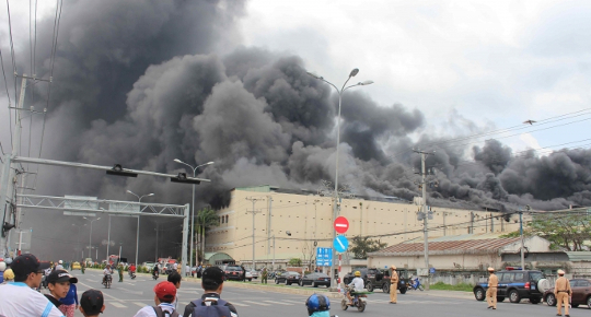 Massive fire destroys down factory in Can Tho